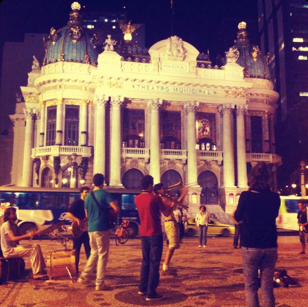 Grupo diante do Theatro Municipal do Rio de Janeiro ____ [ATENÇÃO: esta galeria só traz as imagens, não foi possível compartilhá-las com o som]