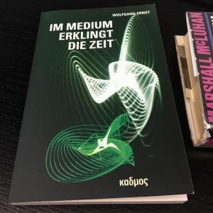 """No medium ressoa o tempo"", de Wolfgang Ernst (2016)"