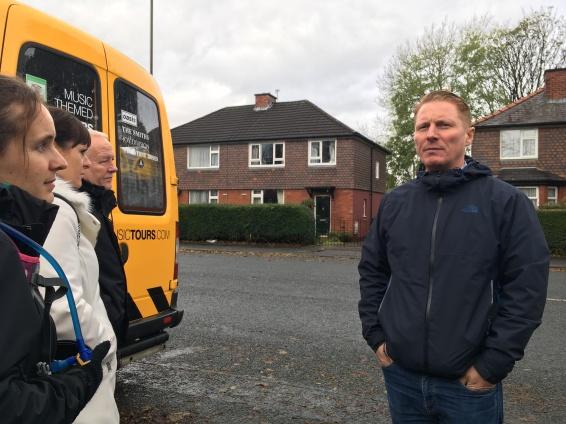 Craig Gill em frente à casa de Morrissey