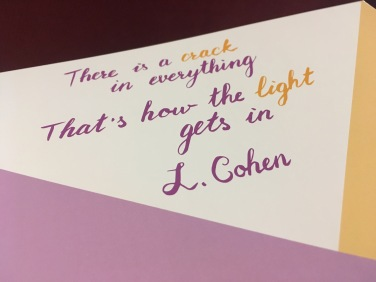 """Verso de Leonard Cohen no verso da pasta: """"Em tudo, há uma rachadura. É assim que entra a luz"""""""