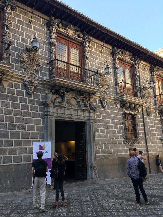 Fachada da Madraza, que fica do lado da catedral onde estão sepultados os Reis Católicos