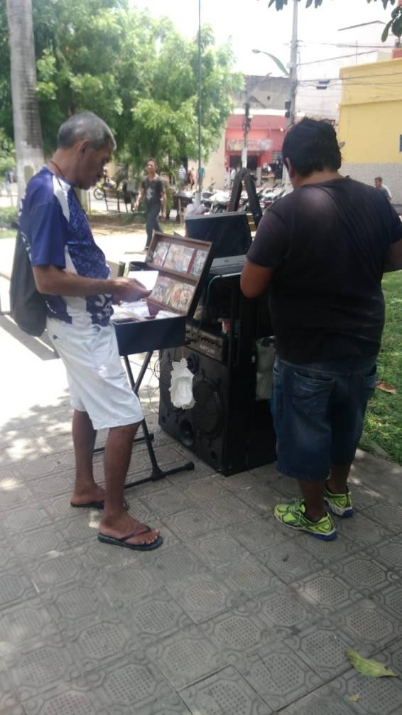 Comerciante de CDs na Praça São Vicente - Foto: Isaac Sampaio